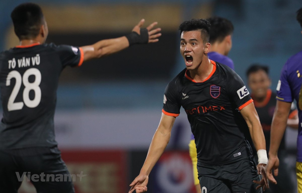 Tô Văn Vũ và Tiến Linh phối hợp ăn ý, ghi bàn thắng nâng tỷ số 2-1 trước Hà Nội FC trên sân khách Hàng Đẫy. (Ảnh: Hiển Nguyễn/Vietnam+)