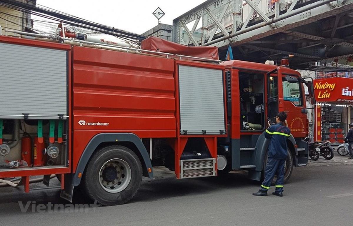 Lực lượng phòng cháy chữa cháy có mặt tại hiện trường vụ cháy tại phố cổ. (Ảnh: Hùng Võ/Vietnam+)