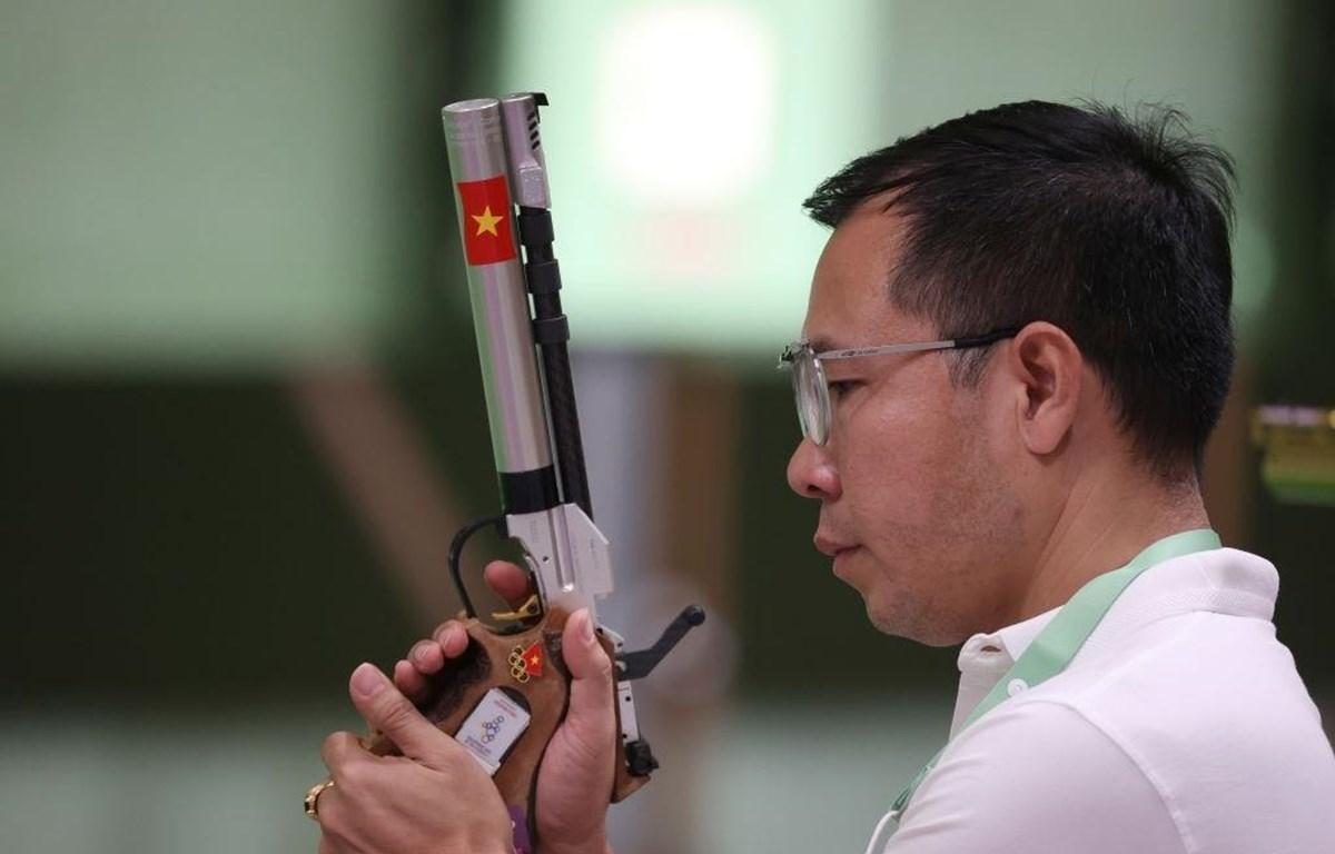 Xạ thủ Hoàng Xuân Vinh thi đấu nội dung 10m súng ngắn hơi ở Olympic Tokyo 2020. (Ảnh: Getty Images)