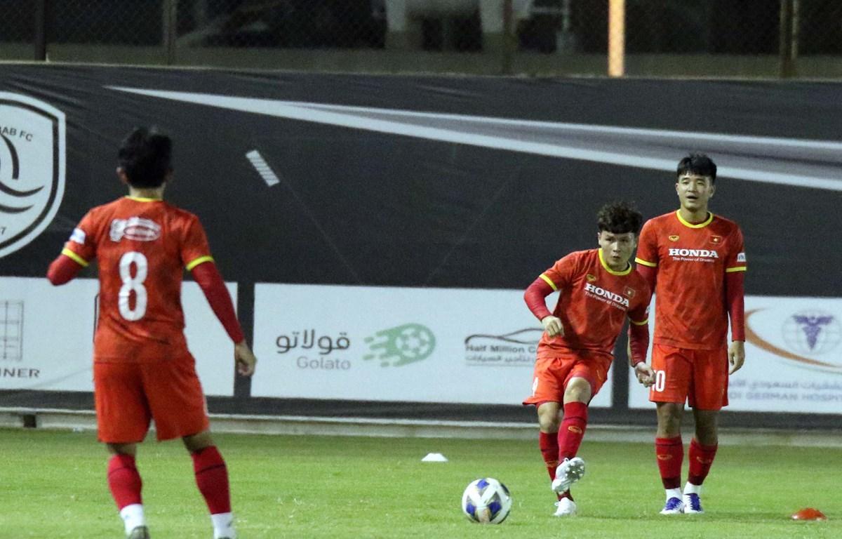 Quang Hải tập những tình huống cố định ở buổi tập gần nhất cùng đội tuyển Việt Nam. (Ảnh: VFF)