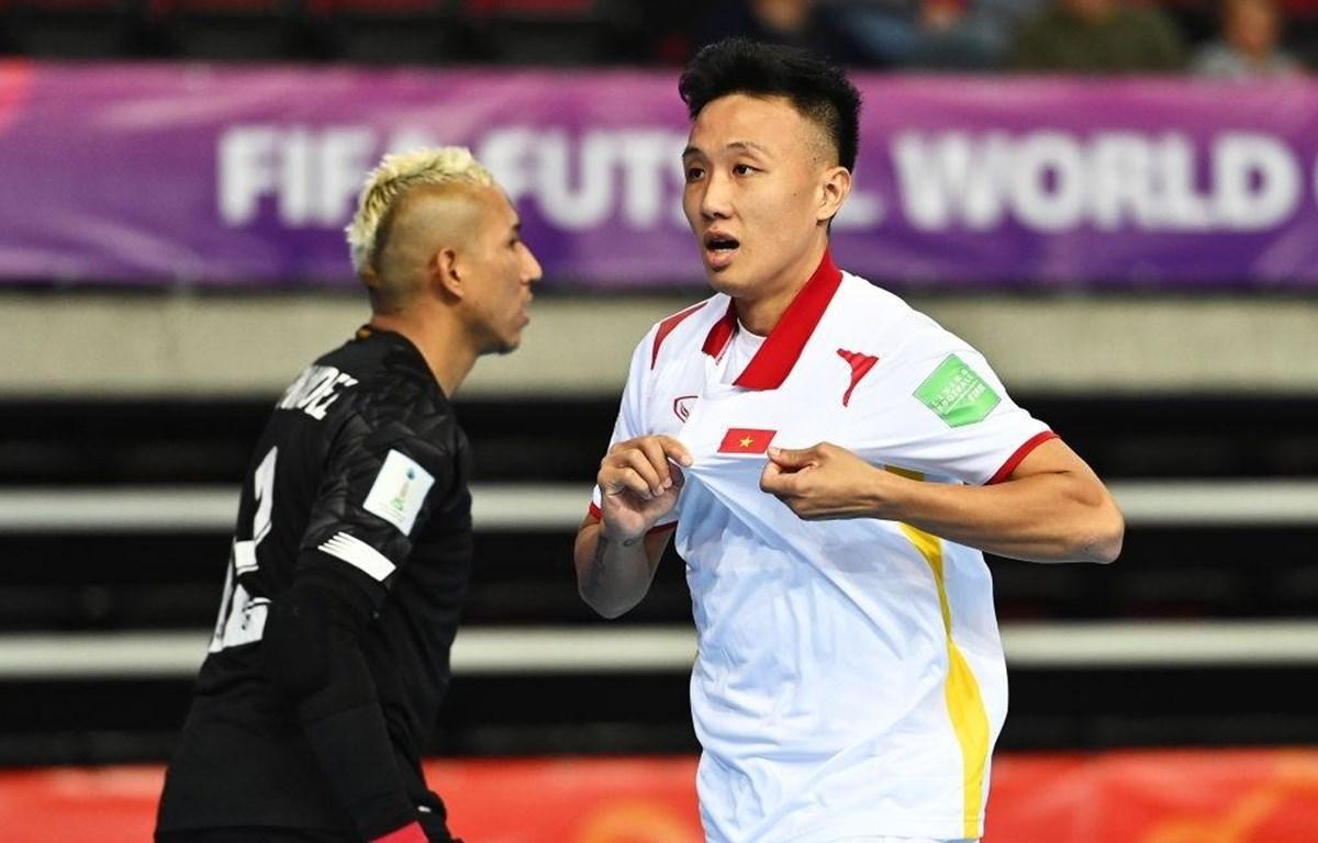 Tiền đạo Nguyễn Minh Trí mở tỷ số cho tuyển futsal Việt Nam trước Panama. (Ảnh: Getty Images)