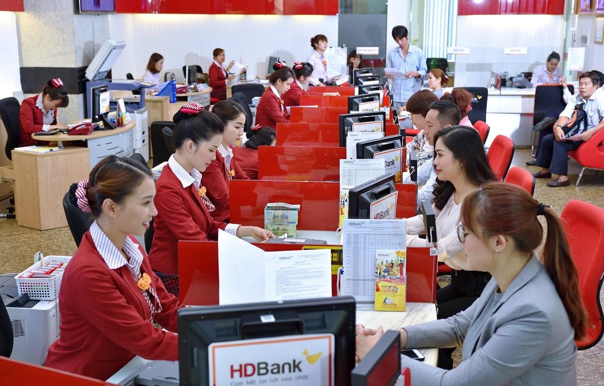 Giao dịch tại HDBank. (Ảnh: CTV/Vietnam+)