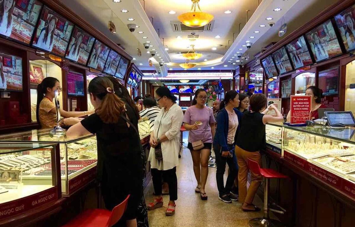 Khách hàng mua bán vàng tại doanh nghiệp. (Ảnh: CTV/Vietnam+)