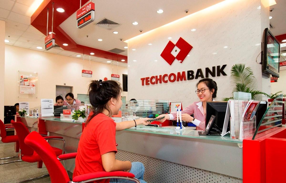 Khách hàng giao dịch tại Techcombank. (Nguồn: CTV)
