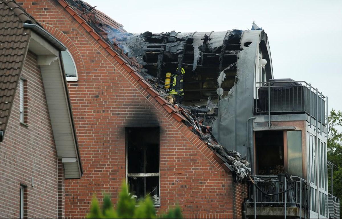 Máy bay đâm vào khiến mái tòa chung cư bốc cháy. (Nguồn: AP)