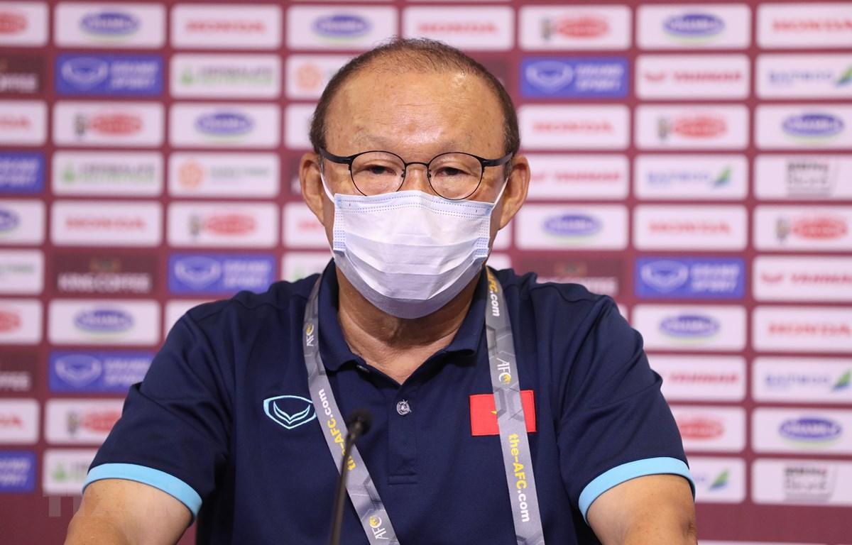 """Huấn luyện viên Park Hang-seo bị """"treo giò"""" vì nhận đủ hai thẻ vàng. (Ảnh: TTXVN)"""