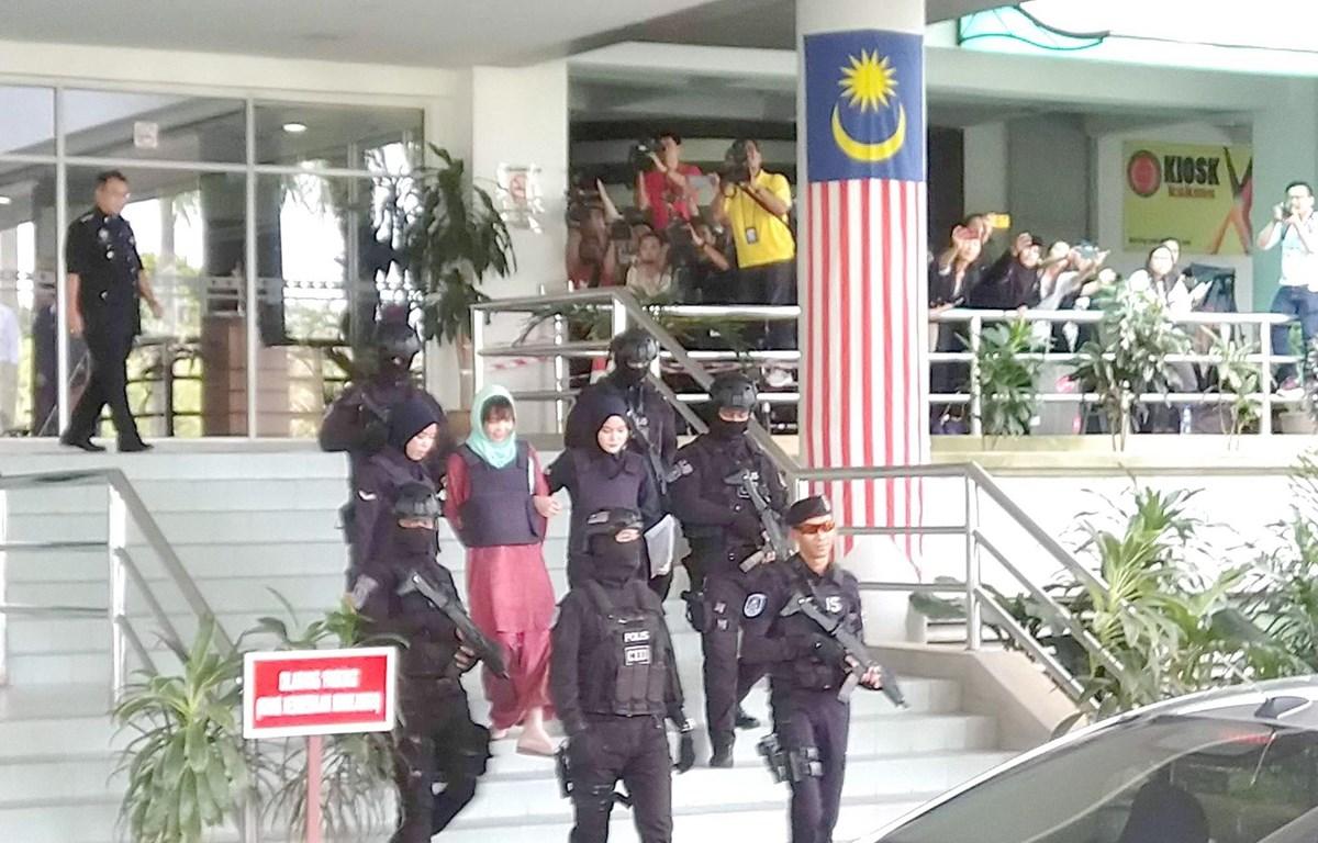 Cảnh sát dẫn giải Đoàn Thị Hương ra xe ôtô sau phiên tòa. (Ảnh: Hà Ngọc/TTXVN)