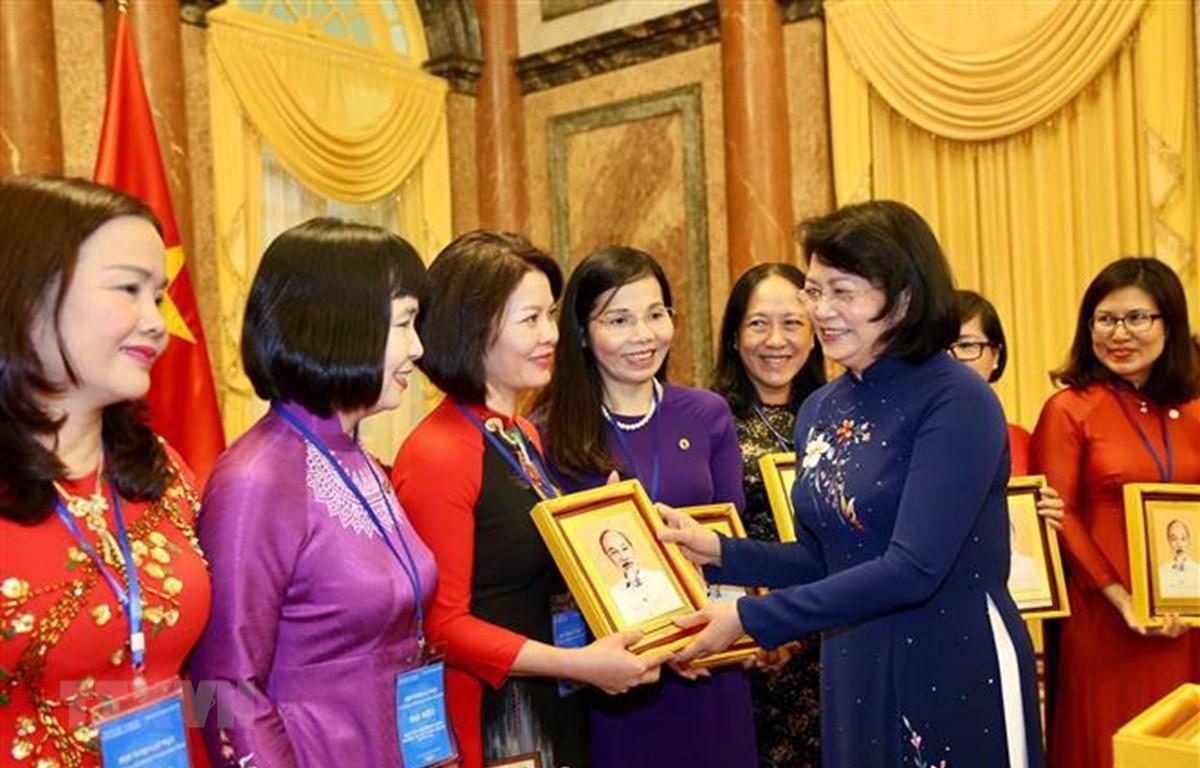 Phó Chủ tịch nước Đặng Thị Ngọc Thịnh với các đại biểu. (Ảnh: Dương Giang/TTXVN)