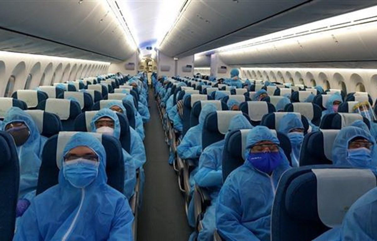Bên trong chuyến bay đặc biệt hồi hương 340 công dân Việt Nam bị kẹt tại Ấn Độ. (Ảnh: Huy Lê/TTXVN)