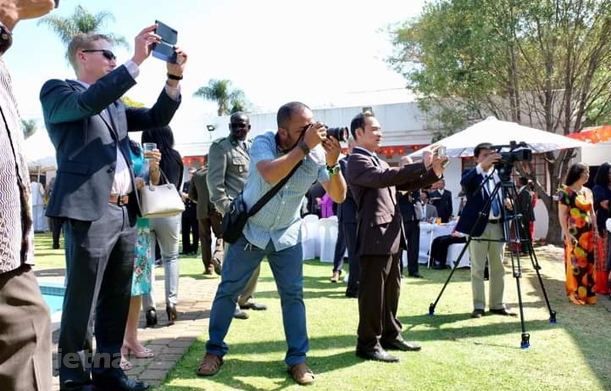 Phóng viên Cơ quan thường trú Pretoria tác nghiệp tai một sự kiện do Đại sứ quán tổ chức. (Ảnh: Phi Hùng/Vietnam+)