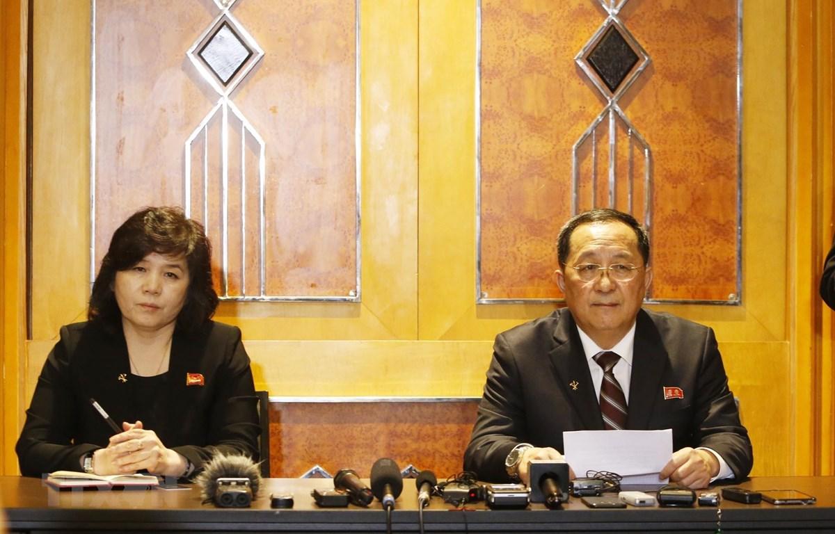 Bộ trưởng Bộ Ngoại giao Triều Tiên Ri Yong-ho chủ trì họp báo về Hội nghị Thượng đỉnh Mỹ - Triều Tiên lần thứ hai. (Ảnh: Lâm Khánh - TTXVN)