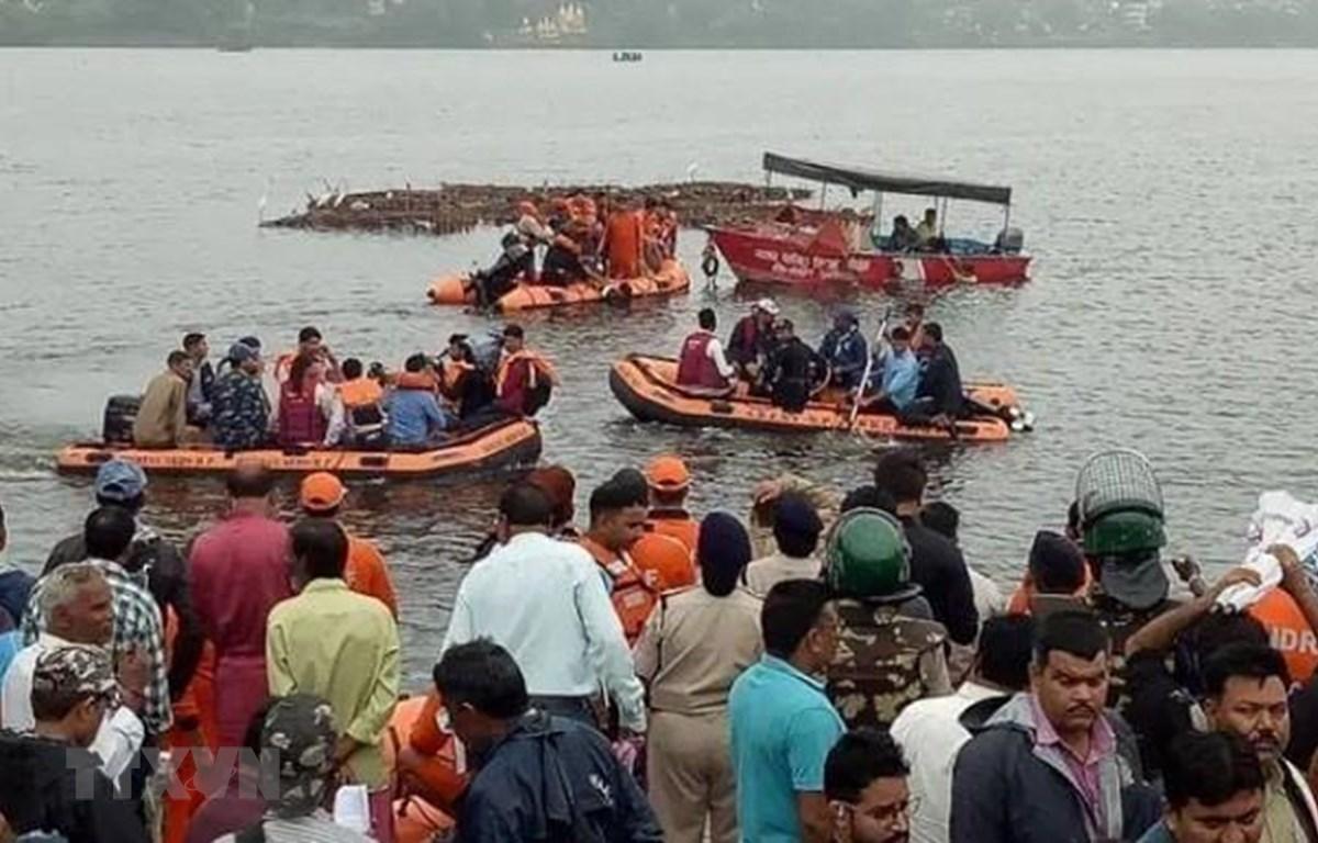 Lực lượng cứu hộ tìm kiếm nạn nhân sau vụ lật thuyền trên hồ thành phố Bhopal, Ấn Độ ngày 13/9/2019. (Nguồn: News Bharati/TTXVN)