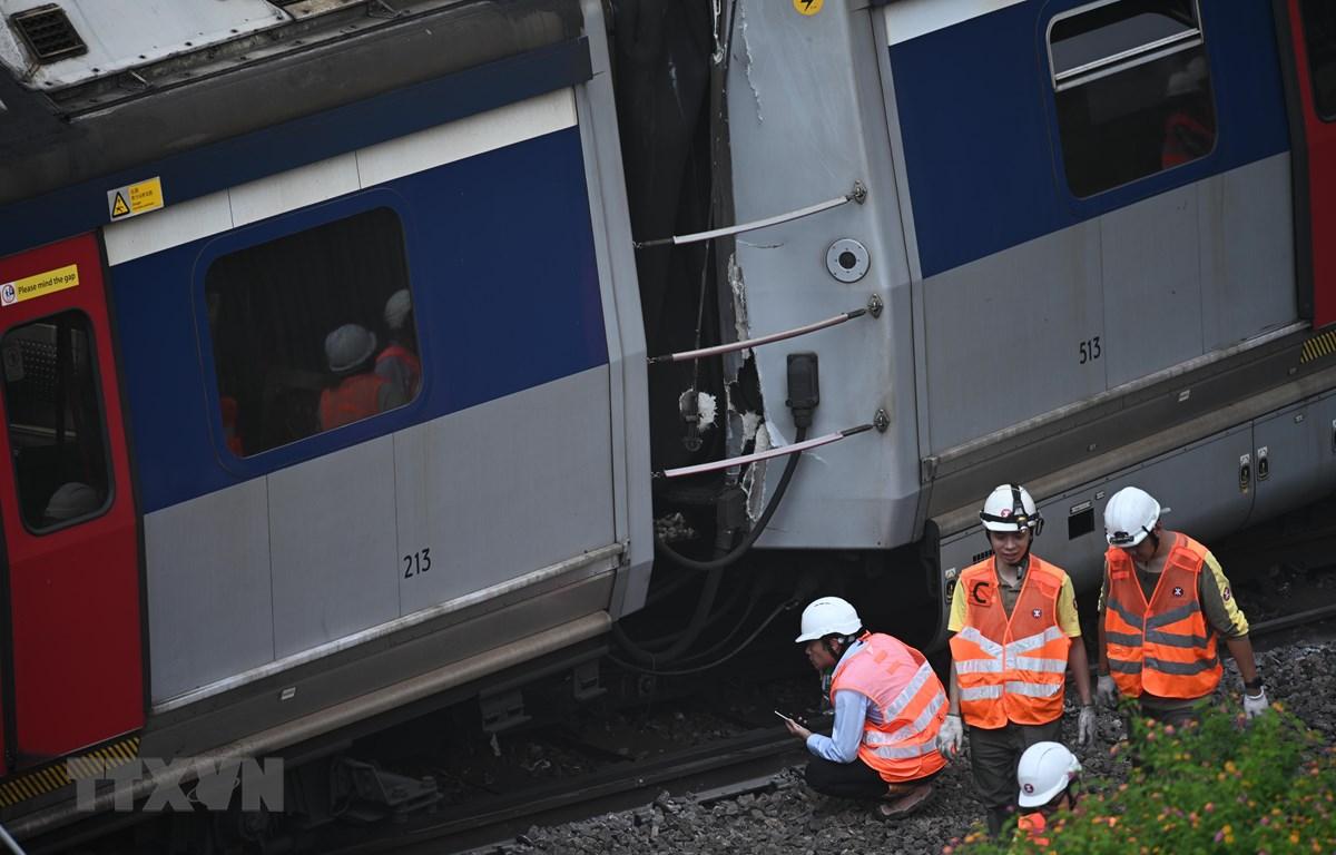 Trong ảnh: Nhân viên cứu hộ làm nhiệm vụ tại hiện trường vụ tai nạn trật bánh tàu điện ngầm (MTR) tại ga Hung Hom, Hong Kong, Trung Quốc, ngày 17/9. (Nguồn: AFP/TTXVN)