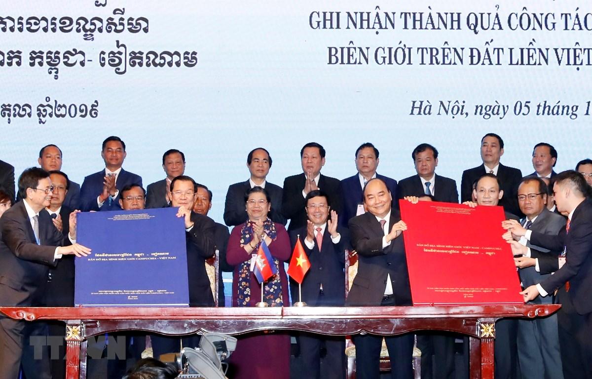 Trong ảnh: Thủ tướng Nguyễn Xuân Phúc và Thủ tướng Campuchia Samdech Techo Hun Sen chứng kiến Lễ ký Phụ lục bản đồ đính kèm Nghị định thư Phân giới cắm mốc biên giới đất liền giữa Cộng hoà XHCN Việt Nam và Vương quốc Campuchia. (Ảnh: Thống Nhất - TTXVN)