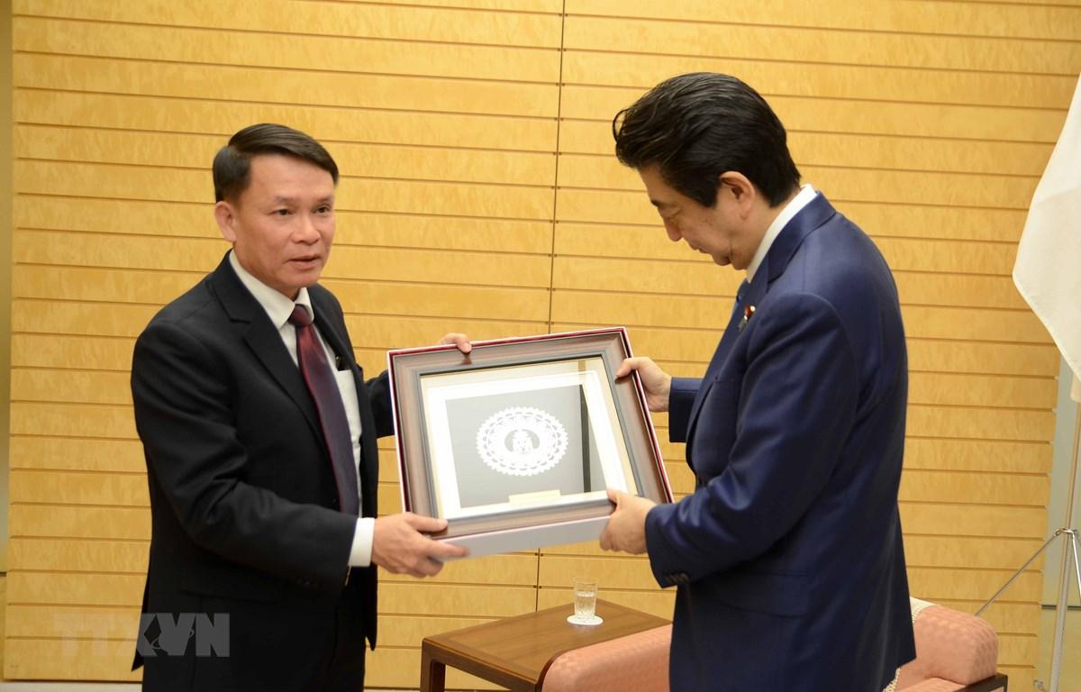 Tổng giám đốc TTXVN Nguyễn Đức Lợi phỏng vấn Thủ tướng Nhật Bản Shinzo Abe, sáng 15/2/2019, tại Thủ đô Tokyo. (Ảnh: Thành Hữu/TTXVN)