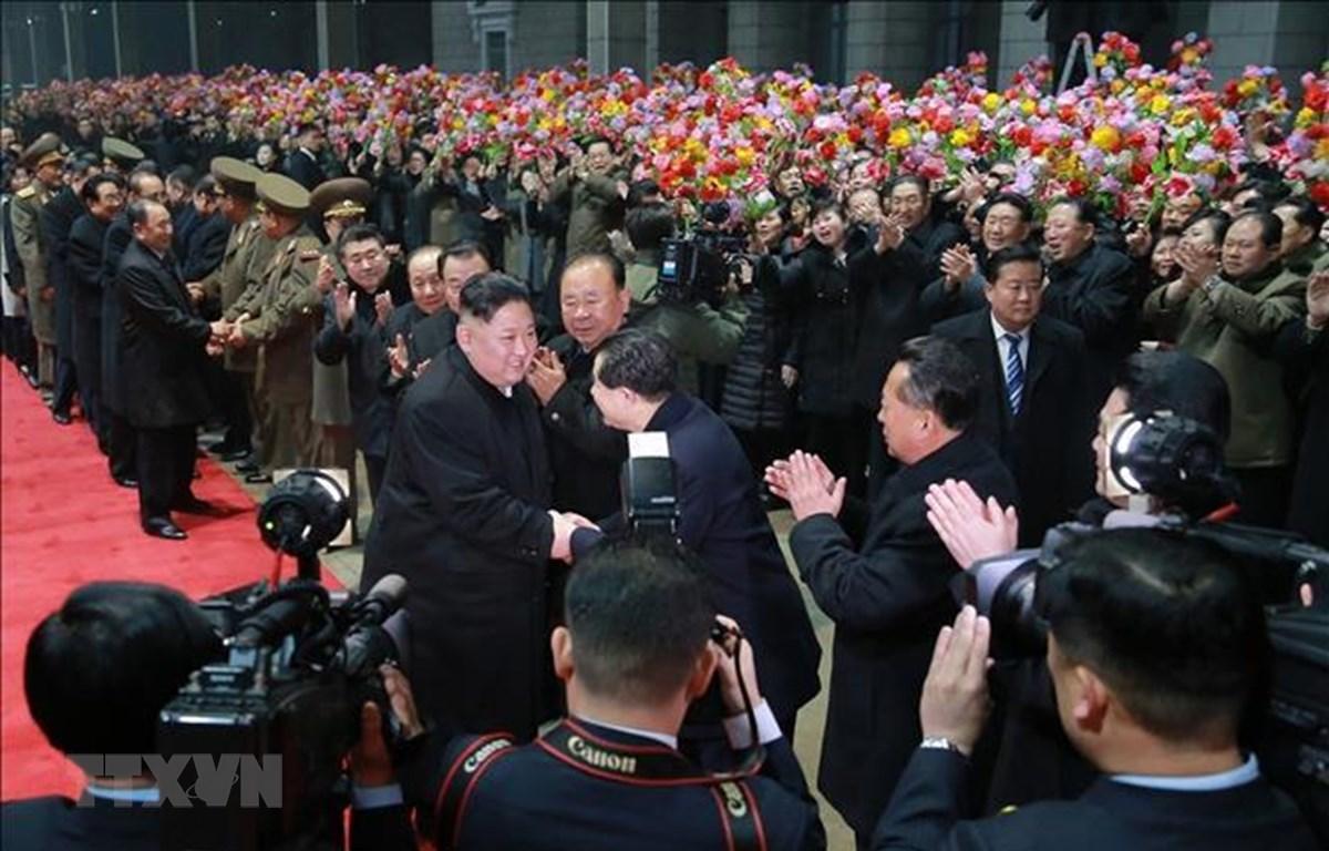 Lễ đón nhà lãnh đạo Triều Tiên Kim Jong-un (giữa) tại Bình Nhưỡng sau khi ông kết thúc chuyến thăm hữu nghị chính thức Việt Nam ngày 5/3. (Ảnh: YONHAP/TTXVN)