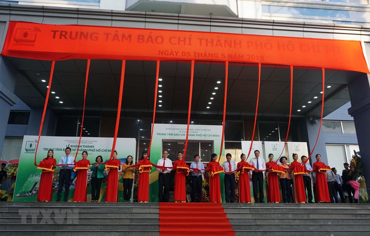 Các đại biểu thực hiện nghi thức cắt băng khánh thành Trung tâm Báo chí Thành phố Hồ Chí Minh. (Ảnh: Thu Hoài/TTXVN)