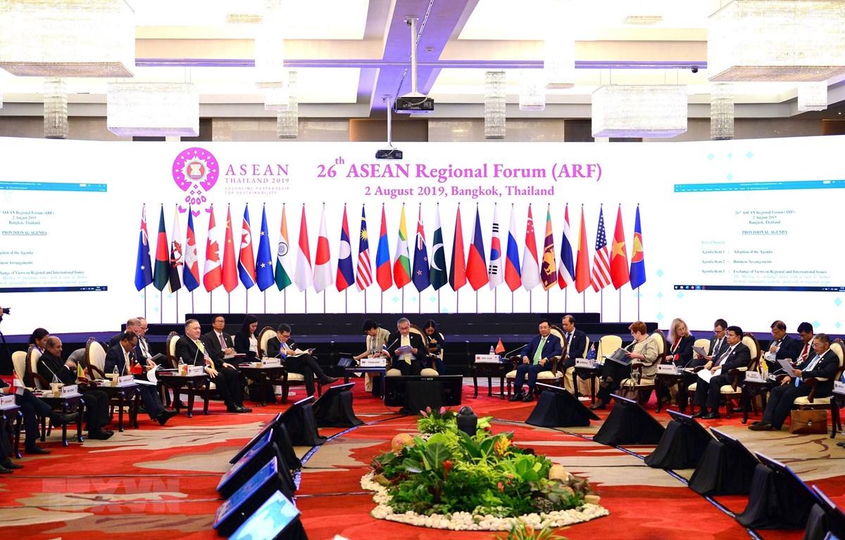 Đại diện các nước tham dự Diễn đàn Khu vực ASEAN (ARF) lần thứ 25 ở Singapore ngày 4/8. (Ảnh: Kyodo/TTXVN)