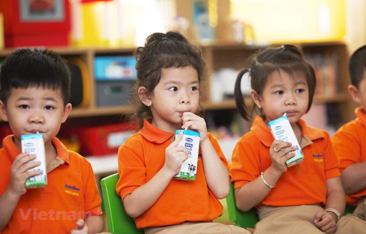 Từ ngày 1/11, hơn 300.000 trẻ em mầm non và học sinh khối lớp 1 trên địa bàn 10 quận, huyện TP.Hồ Chí Minh sẽ được uống sữa học đường (dung tích 180ml/ lần/ ngày, với 5 lần/ tuần). (Nguồn: Vietnam+)
