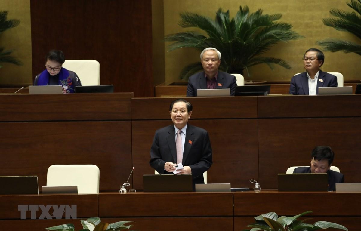 Bộ trưởng Bộ Nội vụ Lê Vĩnh Tân trả lời chất vấn của các đại biểu. (Ảnh: Văn Điệp/TTXVN)
