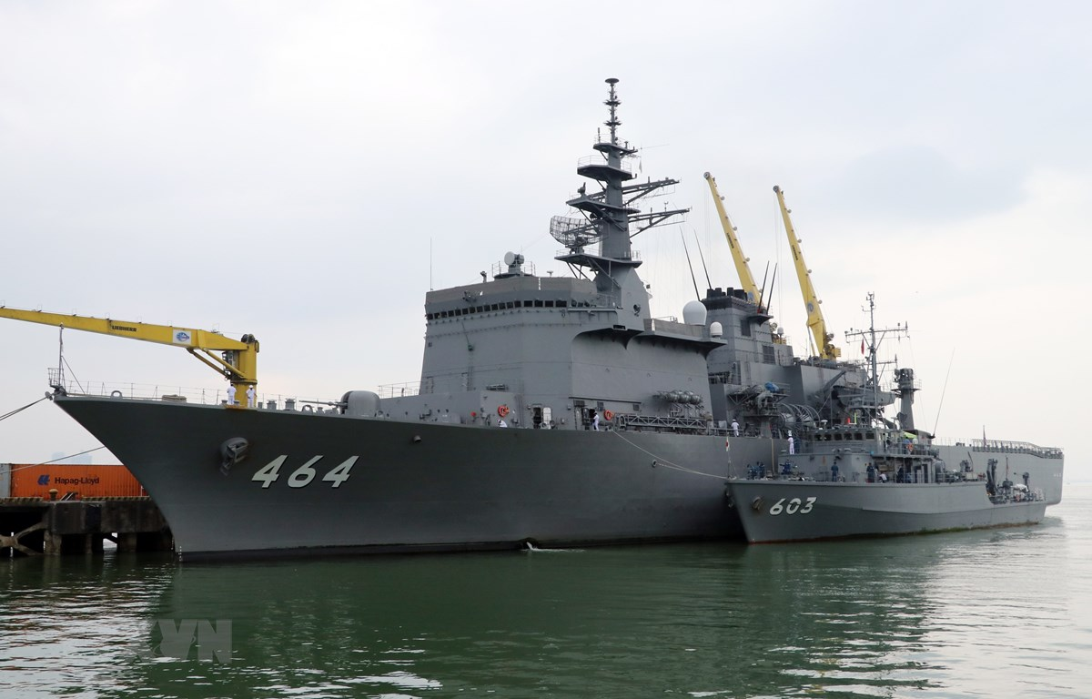 Hai tàu quét mìn của Lực lượng Tự vệ trên biển Nhật Bản cập cảng Tiên Sa bắt đầu chuyến thăm hữu nghị thành phố Đà Nẵng. (Ảnh: Trần Lê Lâm/TTXVN)