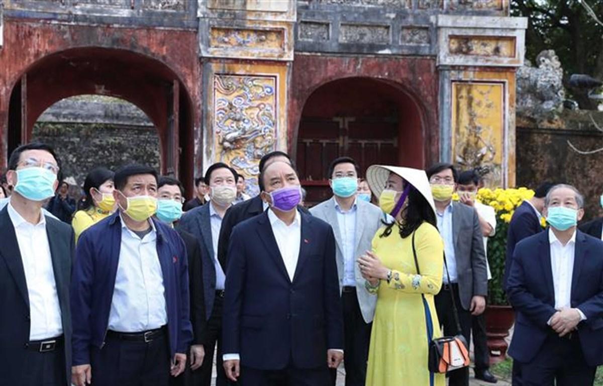 Thủ tướng Nguyễn Xuân Phúc kiểm tra công tác phòng chống dịch tại Quần thể Di tích Cố đô Huế. (Ảnh: Thống Nhất/TTXVN)