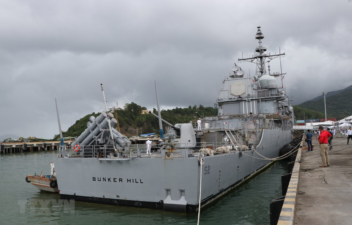 Tàu USS Bunker Hill (CG52) cập cảng Tiên Sa, thành phố Đà Nẵng. (Ảnh: Quốc Dũng/TTXVN)