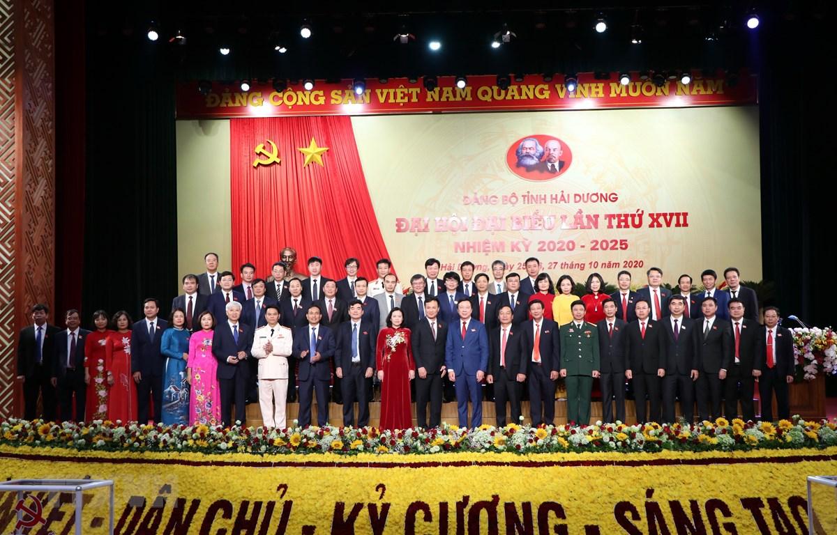 Ban Chấp hành Đảng bộ tỉnh Hải Dương khóa XVII, nhiệm kỳ 2020-2025 ra mắt đại hội. (Ảnh: Mạnh Tú/TTXVN)