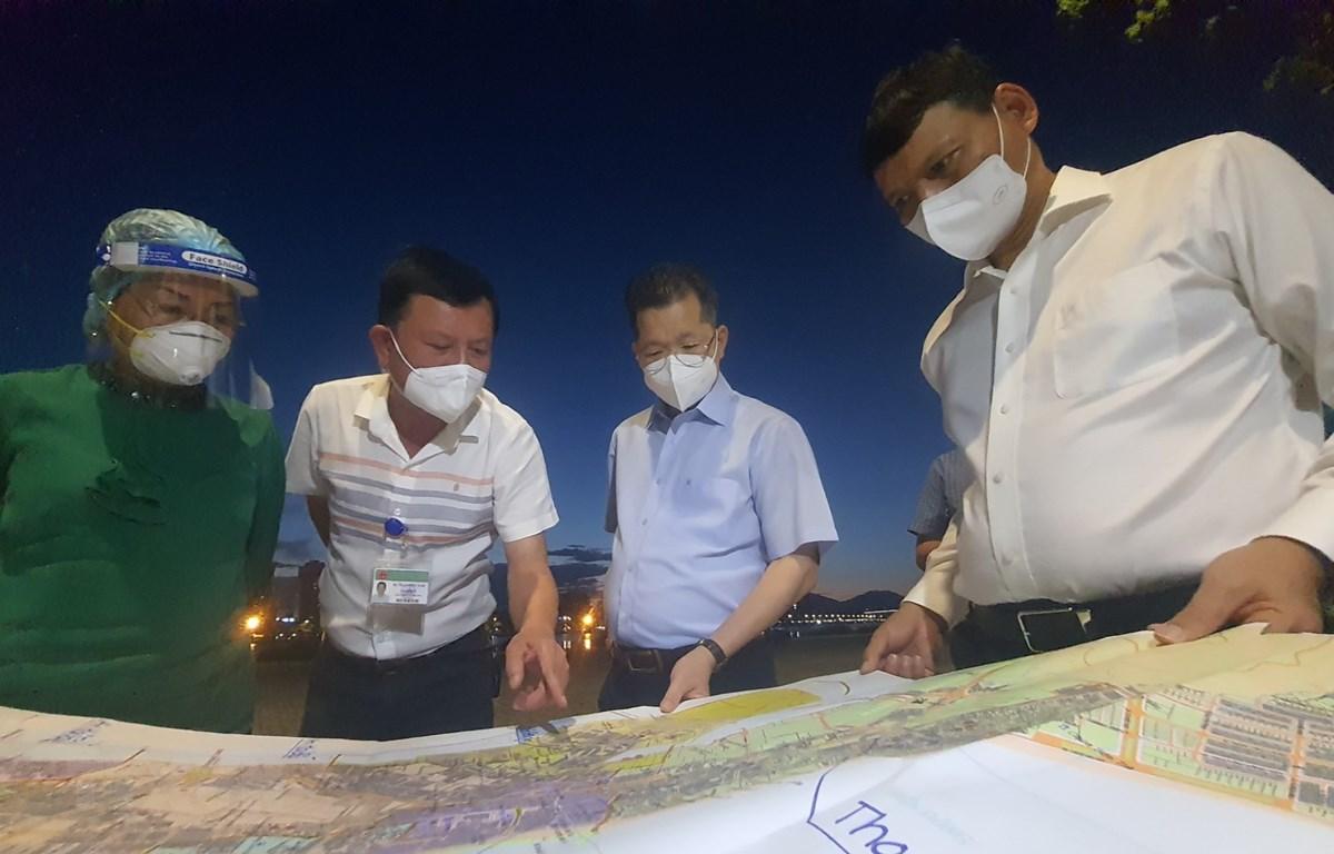 Bí thư Thành ủy Đà Nẵng Nguyễn Văn Quảng (thứ 2, bên phải) kiểm tra tình hình kiểm soát dịch COVID-19 tại phường Nại Hiên Đông (quận Sơn Trà). (Ảnh: Văn Dũng/TTXVN))