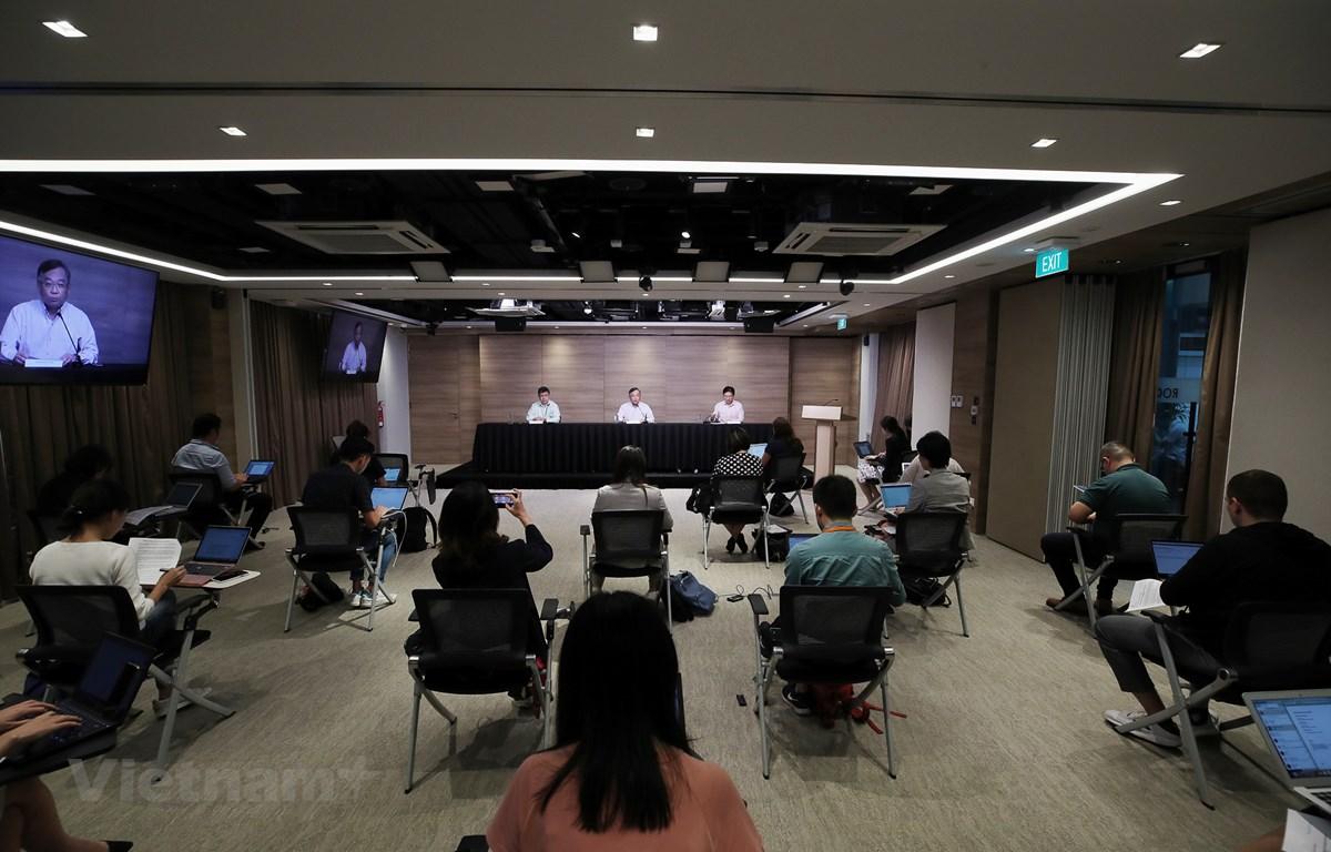 Họp báo thời giữ khoảng cách tiếp xúc tại Trung tâm báo chí, Bộ Thông tin Truyền thông (MCI) Singapore ngày 24/3/2020 (Ảnh: MCI)