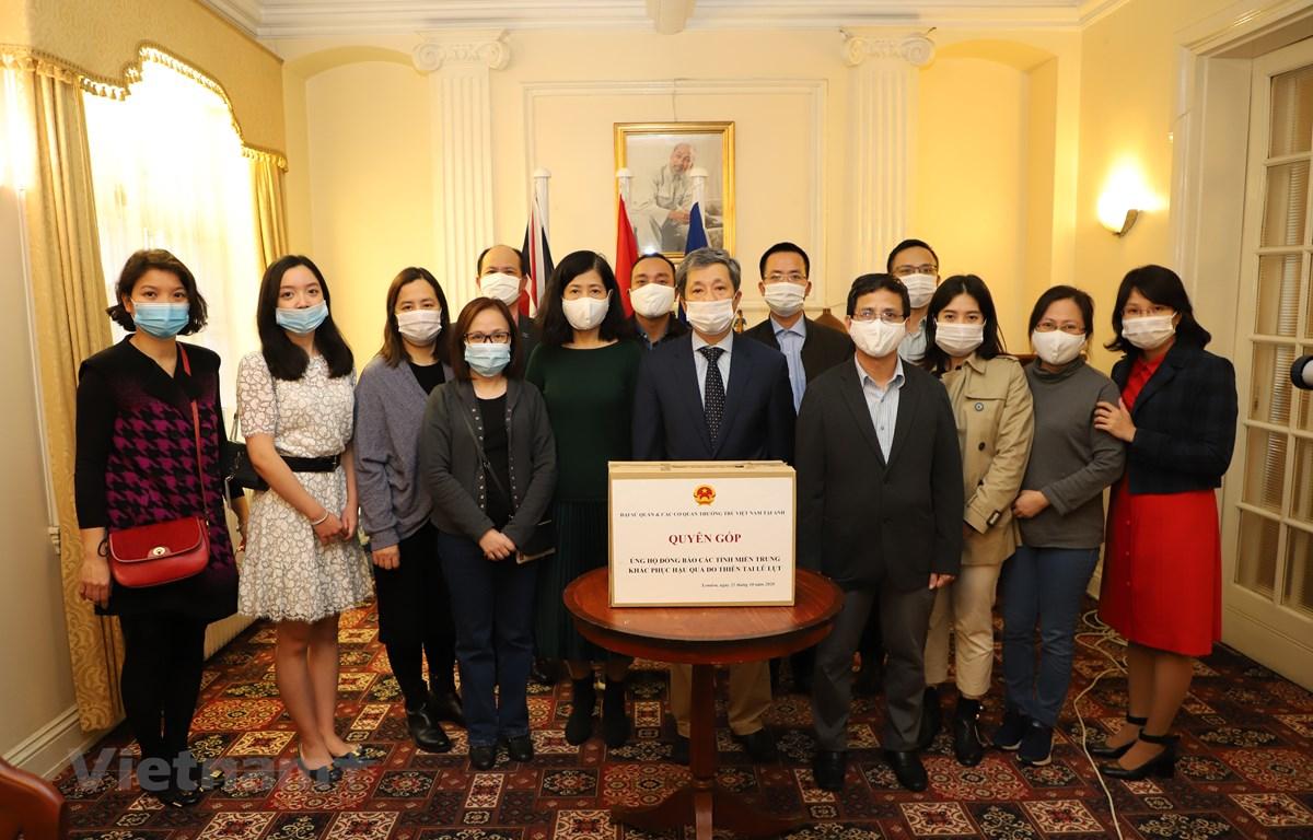 Cán bộ, nhân viên Đại sứ quán và các cơ quan đại diện Việt Nam tại Anh tham gia quyên góp ủng hộ đồng bảo miền Trung. (Ảnh: Đình Thư/Vietnam+)