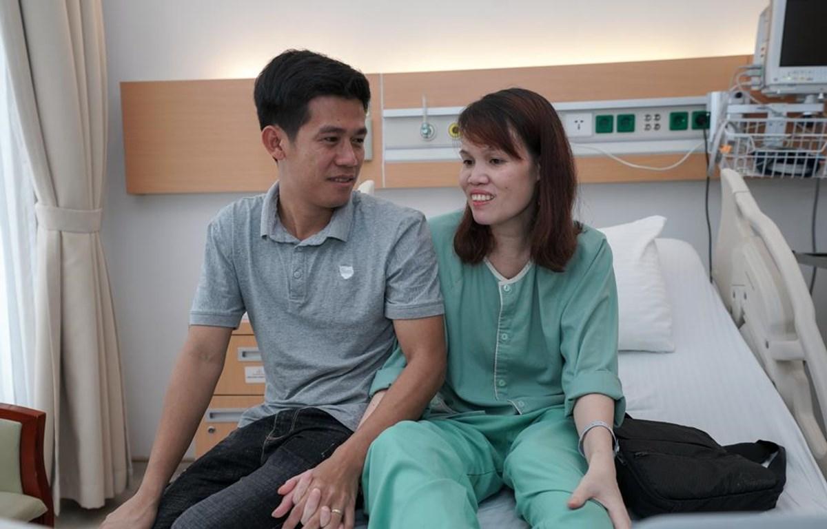 Hai vợ chồng bệnh nhân Vi Thị Tân vui mừng sau ca cấy ghép tim nhân tạo thành công. (Ảnh: PV/Vietnam+)
