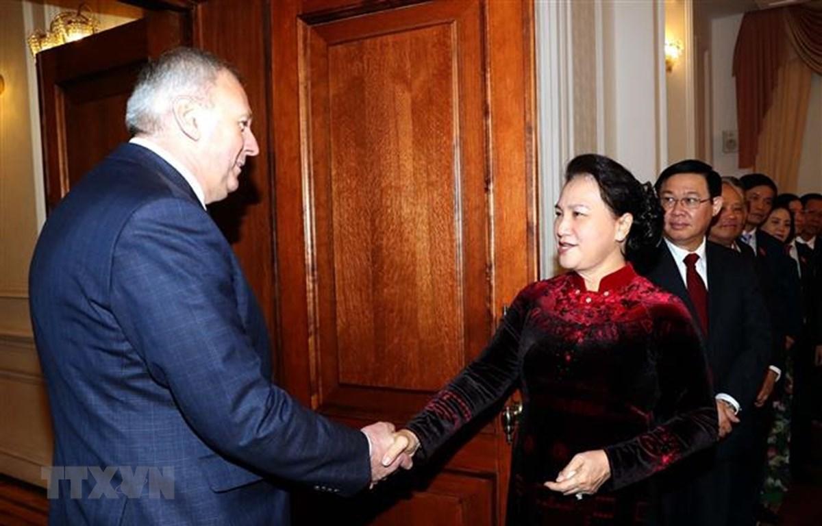 Thủ tướng Belarus Sergey Nikolayevich Rumas đón Chủ tịch Quốc hội Nguyễn Thị Kim Ngân. (Ảnh: Trọng Đức/TTXVN)