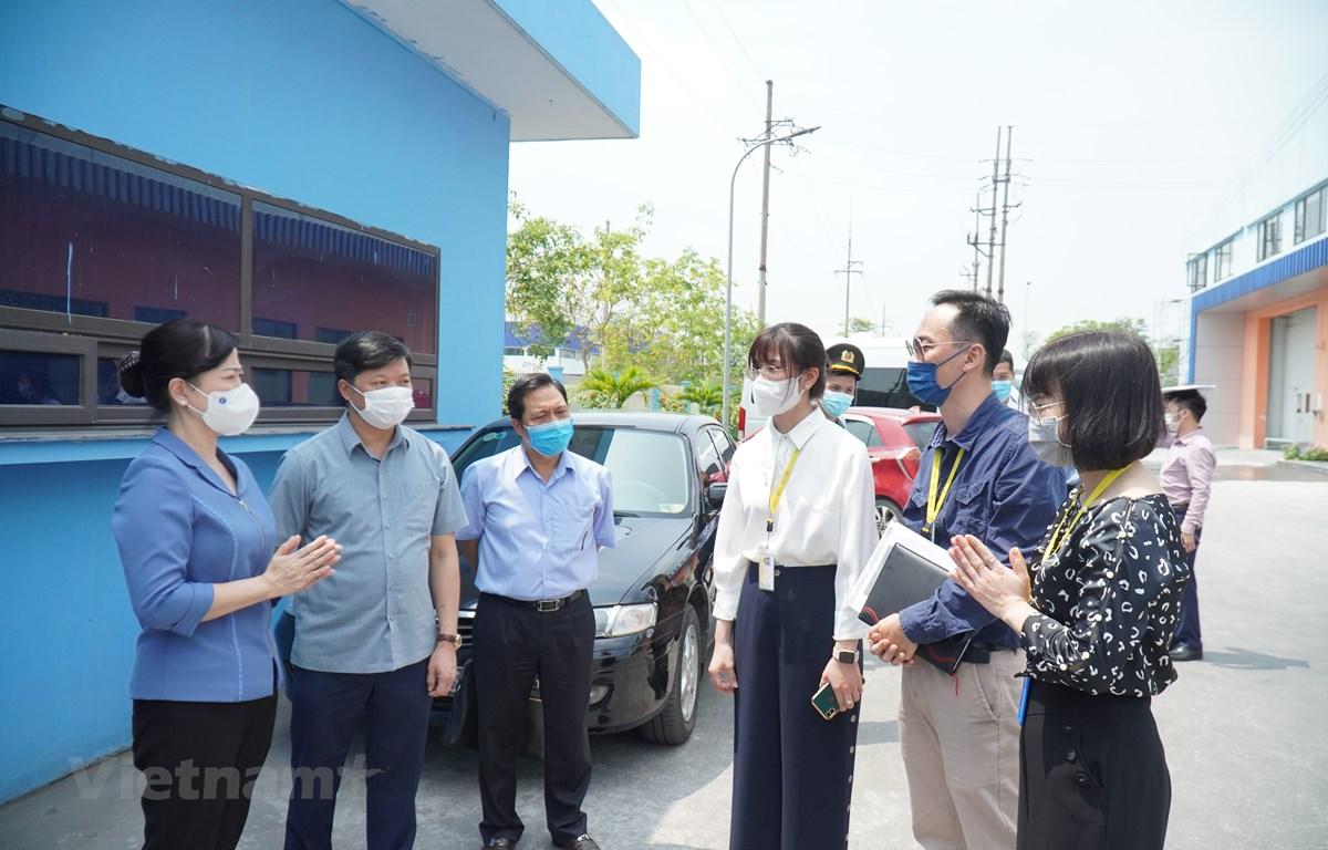 Bí thư Tỉnh ủy Bắc Ninh Đào Hồng Lan kiểm tra công tác phòng, chống dịch COVID-19 tại Công ty TNHH Sản xuất Biel Crystal Việt Nam, khu công nghiệp VSIP, thị xã Từ Sơn, tỉnh Bắc Ninh. (Ảnh: Thái Hùng/Vietnam+)