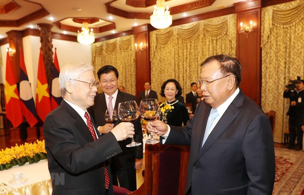 Tổng Bí thư, Chủ tịch nước Lào Bounhang Volachith nâng cốc chúc mừng Tổng Bí thư, Chủ tịch nước Nguyễn Phú Trọng. (Ảnh: Trí Dũng/TTXVN)