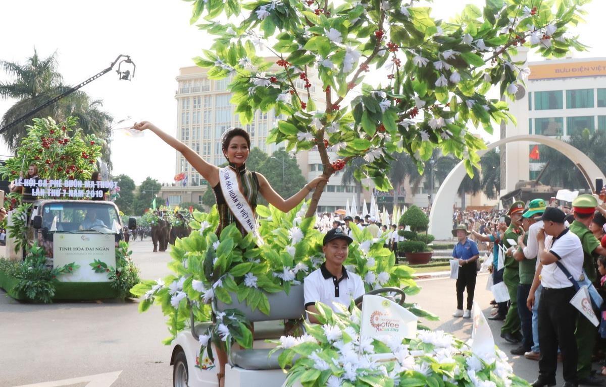 Hoa hậu Hoàn vũ H'hen Niê tham gia Lễ hội đường phố trong chương trình Lễ hội Càphê Buôn Ma Thuột lần thứ 7 năm 2019. (Ảnh: Tuấn Anh/TTXVN)