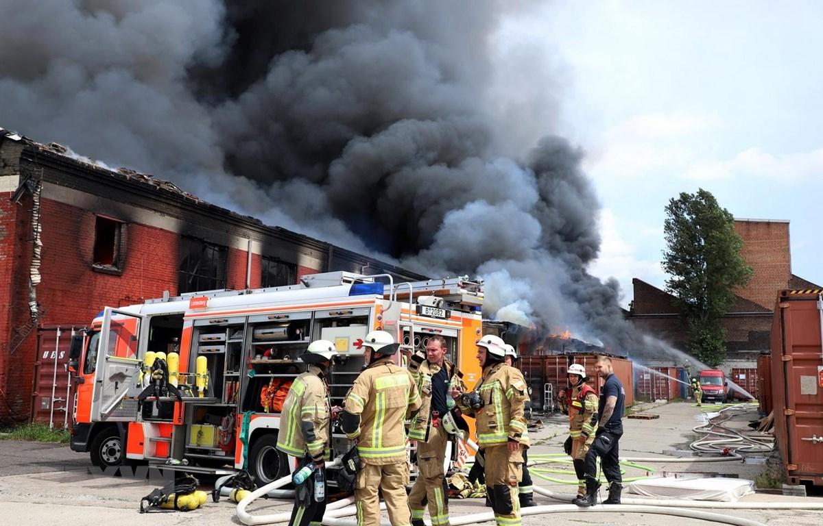 Lực lượng cứu hỏa đang nỗ lực khống chế đám cháy. (Ảnh: Phạm Thắng/TTXVN)