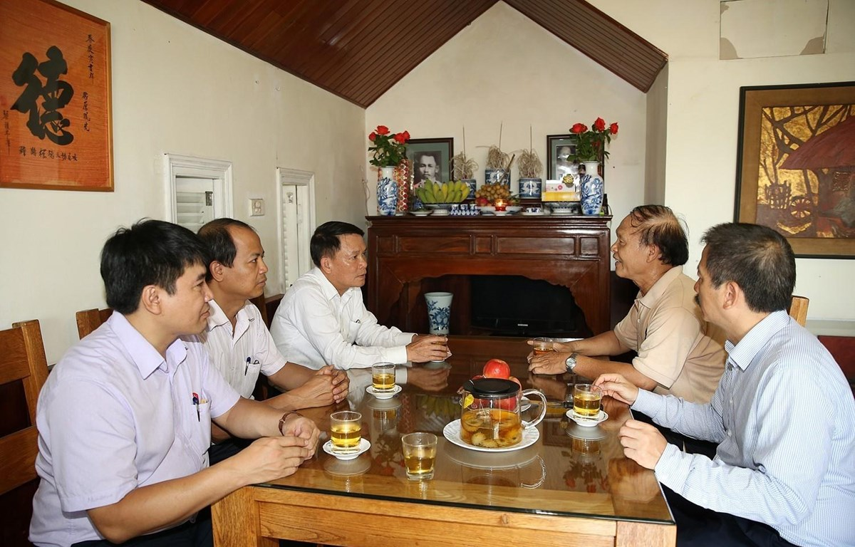 Tổng Giám đốc Thông tấn xã Việt Nam Nguyễn Đức Lợi cùng đại diện các phòng, ban biên tập Thông tấn xã Việt Nam đến thăm gia đình liệt sỹ Nguyễn Đức Thanh. (Ảnh: Dương Giang/TTXVN)