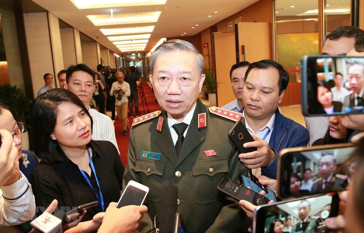 Bộ trưởng Bộ Công an Tô Lâm trả lời phỏng vấn báo chí bên hành lang Quốc hội. (Ảnh: Doãn Tấn/TTXVN)