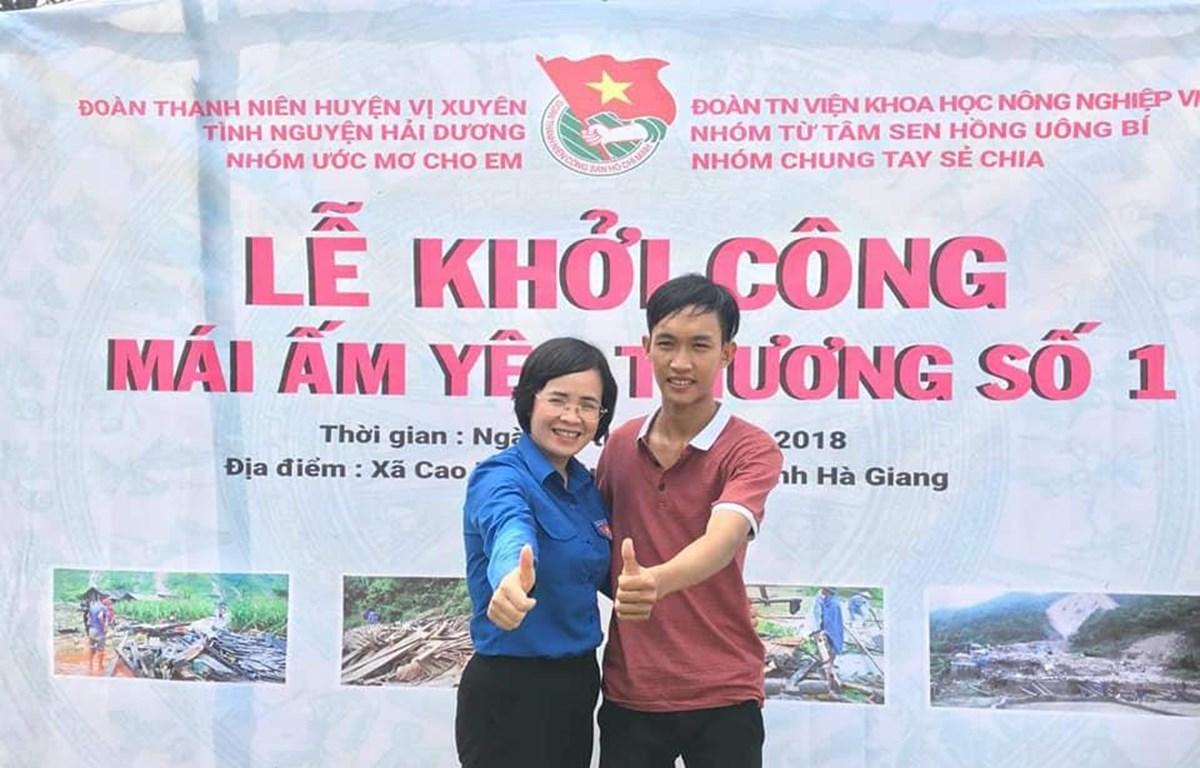 Nguyễn Xuân Trường và cán bộ Đoàn xã Cao Bồ (huyện Vị Xuyên tỉnh Hà Giang) tại lễ khởi công Mái ấm yêu thương số 1. (Ảnh: NV)
