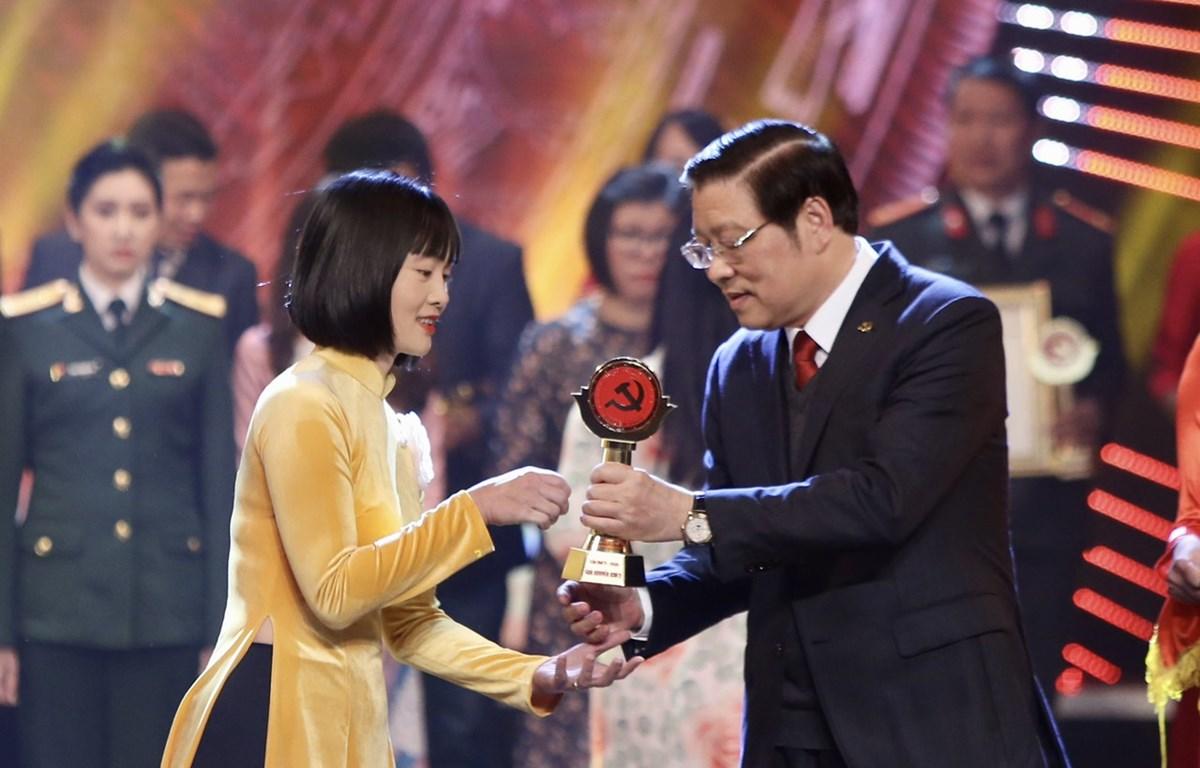 Tác giả Cao Thùy Giang, Báo điện tử VietnamPlus nhận giải. (Ảnh: Tá Hiển/Vietnam+)