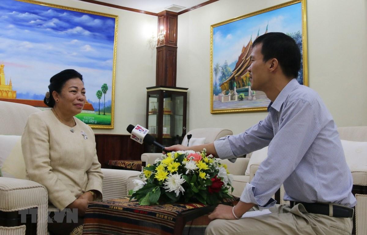 Ủy viên Trung ương Đảng, Trưởng ban Đối ngoại Trung ương Đảng Lào Sounthon Xayachak trả lời phỏng vấn phóng viên TTXVN tại Lào. (Ảnh: Phóng viên TTXVN tại Lào)