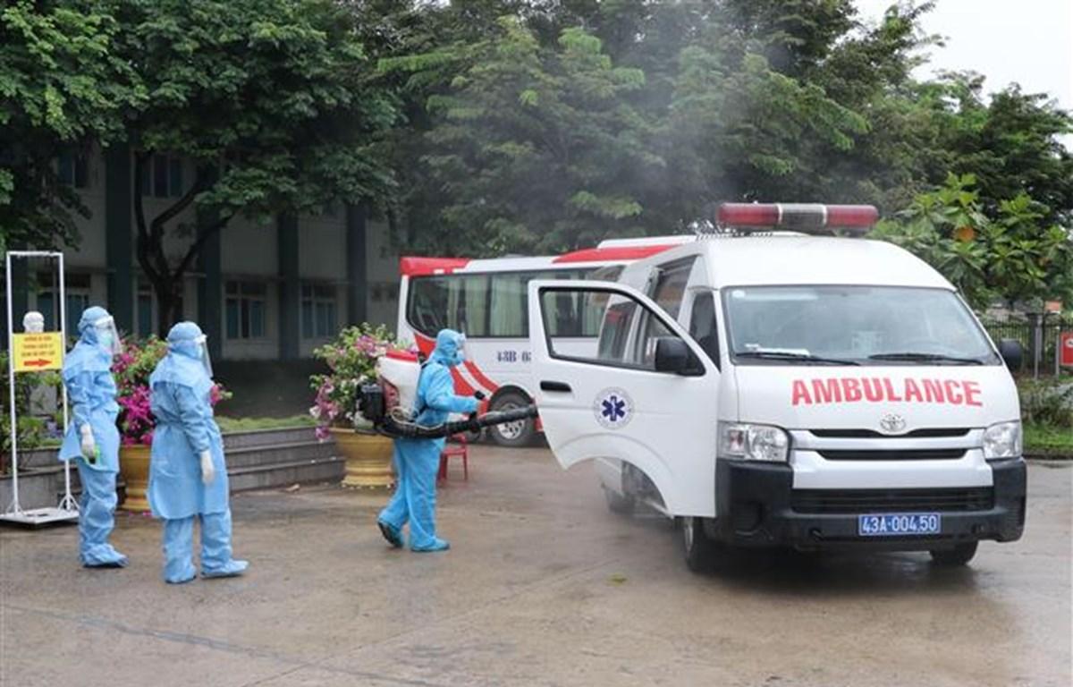 Công tác khử khuẩn được thực hiện nghiêm ngặt đối với tất cả các phương tiện đi ra và đi vào khu vực. (Ảnh: Quốc Dũng/TTXVN)