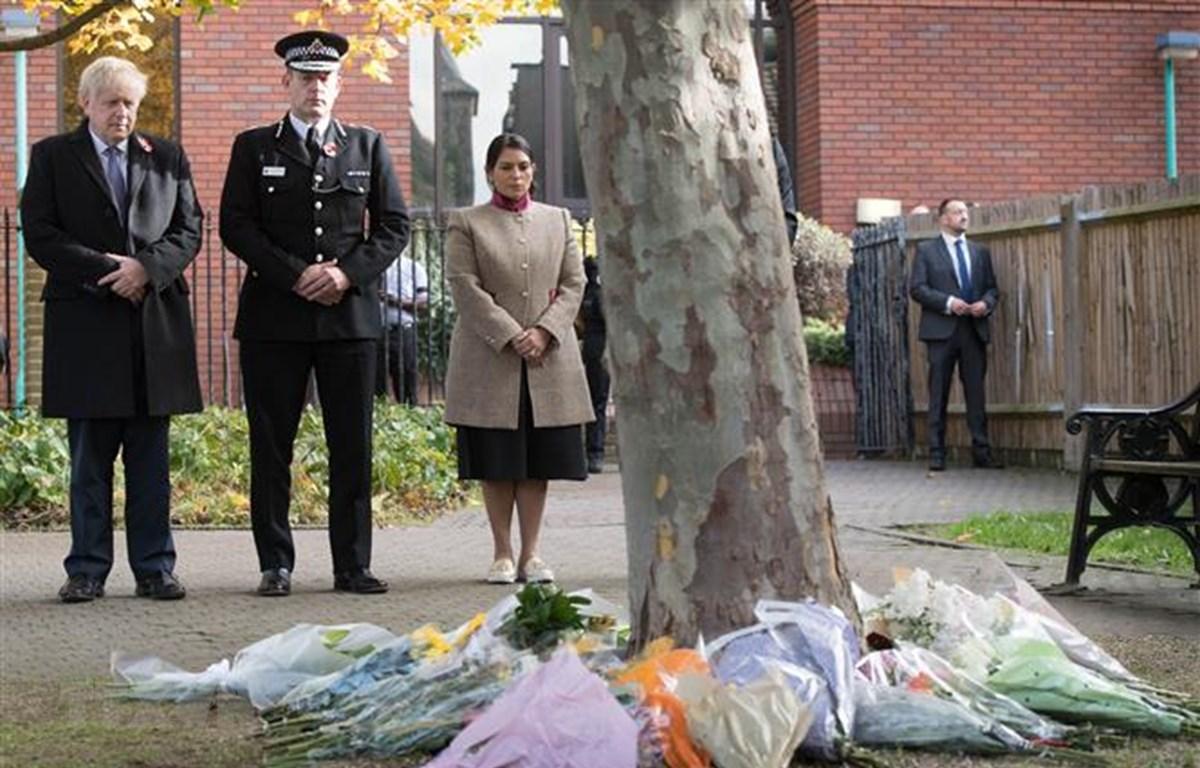 Thủ tướng Anh Boris Johnson, Cảnh sát trưởng hạt Essex Ben-Julian Harrington và Bộ trưởng Nội vụ Anh Priti Patel (phải) tưởng niệm các nạn nhân thiệt mạng trong xe công-ten-nơ được tìm thấy ở thị trấn Grays, hạt Essex, ngày 28/10/2019. (Ảnh: AFP/TTXVN)