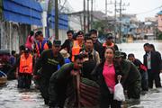 Thái Lan: Dùng bao cát và gạch để chặn cửa nhằm đối phó lũ