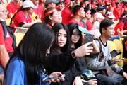 Những bóng hồng Việt Nam 'thiêu đốt' khán đài sân Bukit Jalil