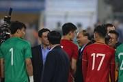 Thủ tướng xuống sân chúc mừng U23 Việt Nam sau chiến thắng