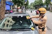 Hà Nội ngày đầu triển khai dán phạt nguội lỗi dừng, đỗ xe trái phép