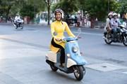 [Photo] H'Hen Niê tái hiện hình ảnh cô gái Sài Gòn xưa với xe gắn máy