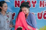 Thí sinh Miss World Việt Nam bật khóc trước những bệnh nhi ung bướu